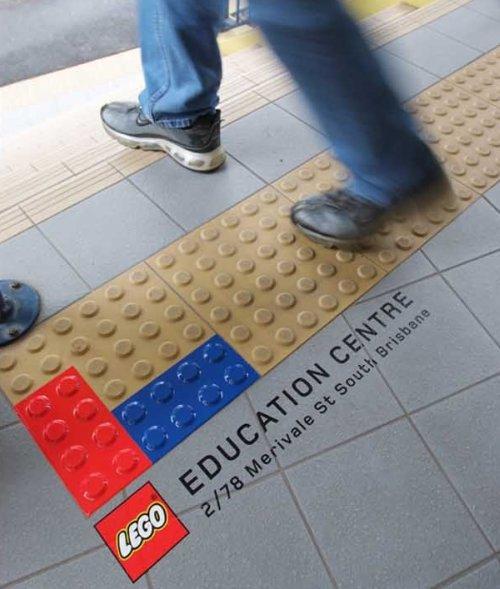 レゴブロックの広告 誘導用ブロックをうまく使ったデザインになっています。
