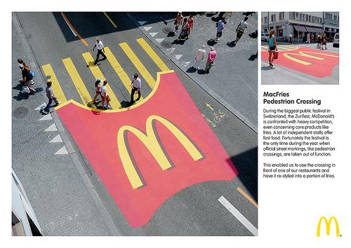 マクドナルドの横断歩道をポテトに見立てた広告