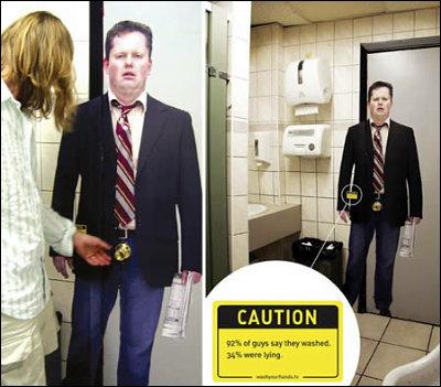 トイレのドアにおっさんが! 「92%の男性が『洗ったよ』というが34%は嘘つきだ」というメッセージが添えられています。